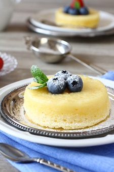 Вкусный лимонный пудинг с ягодами