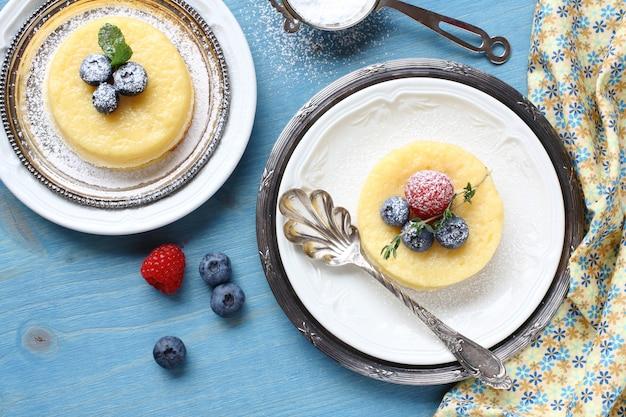 レモンサプライズプリンケーキ、皿の上の果実を添えて