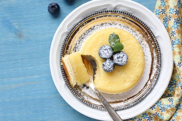 レモン美味しいプリンケーキのプレートのベリー添え