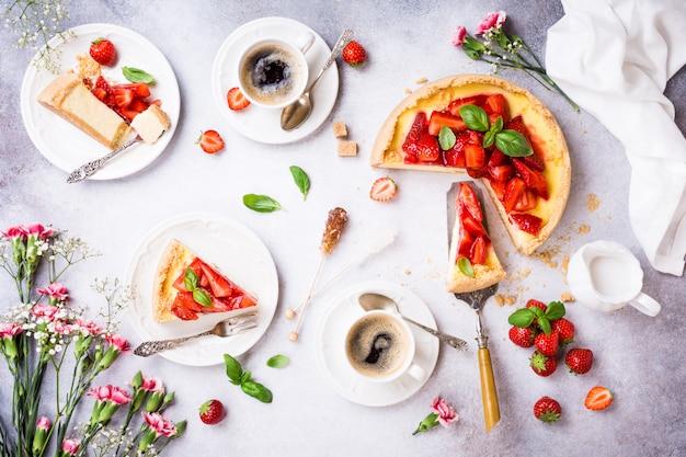 イチゴのチーズケーキとフラットを置く