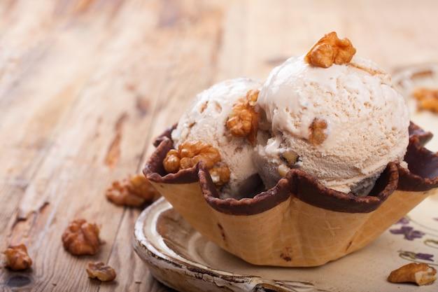 Свежее ореховое мороженое в вафельном стаканчике