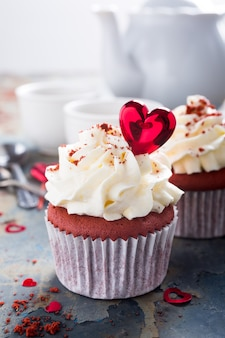 おいしい赤いベルベットのカップケーキ