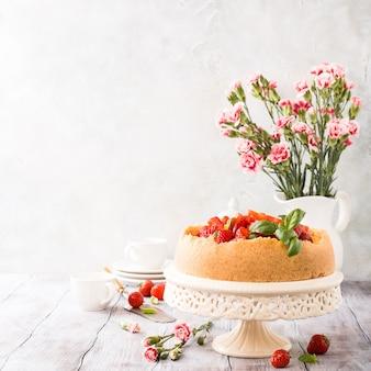 イチゴのチーズケーキと花