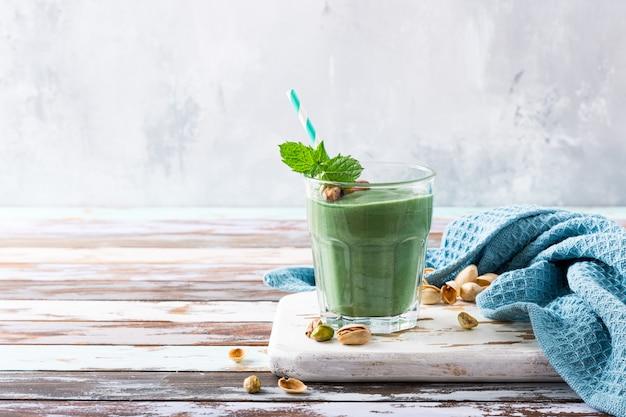 Здоровый зеленый фисташковый смузи