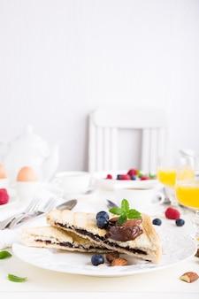 チョコレートナッツペーストの朝食トースト