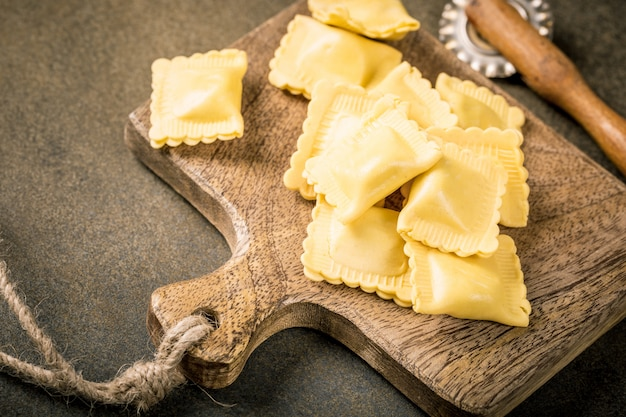 新鮮な自家製の満たされた正方形のパスタラビオリ