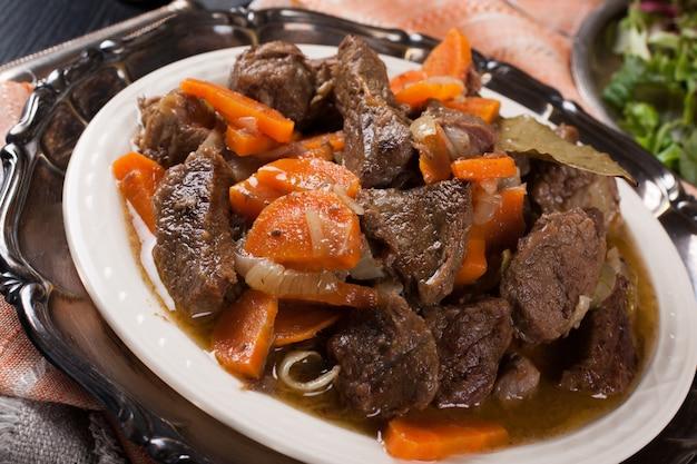 Вкусный тушеная говядина по-бургундски