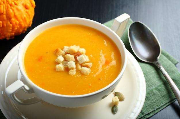 Чаша из тыквенного супа с сухариками