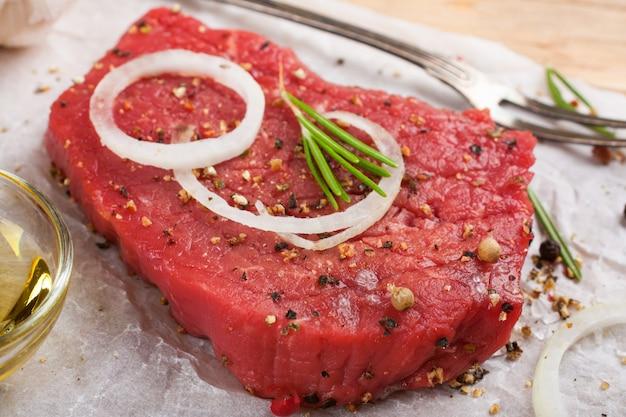 生の牛肉ステーキとスパイス