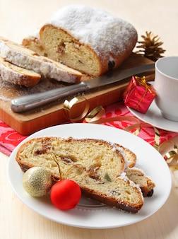 シュトーレンのスライス、クリスマスデコレーション、伝統的なドイツのフルーツケーキ