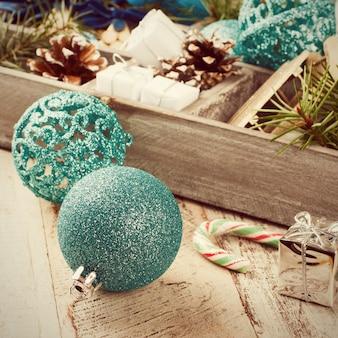 木製の箱のクリスマスの装飾。
