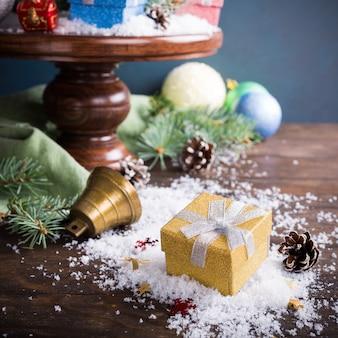 雪とモミの装飾のクリスマスプレゼント。