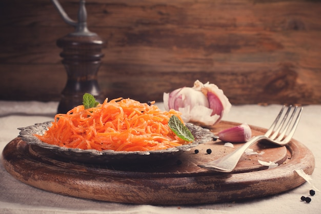Острый морковный салат по-корейски на металлической пластине