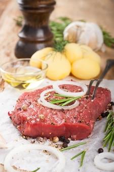 Сырой говяжий стейк и специи