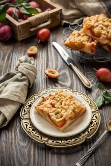 Пирожное из сливовой крошки