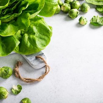 Фон с ассорти из зеленых овощей