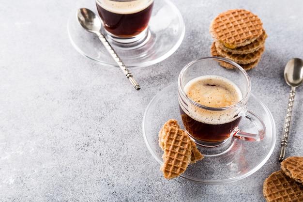 Стеклянная чашка кофе с печеньем из сиропов