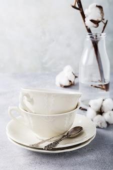 Две фарфоровые чайные чашки в стиле ретро