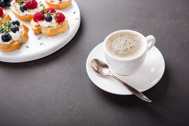 Чашка кофе с фруктовыми бутербродами