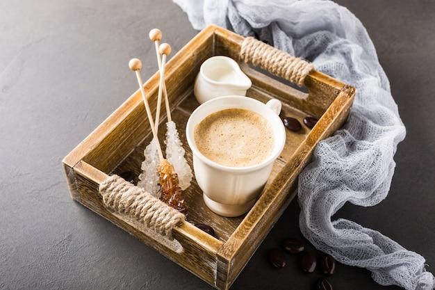 Чашка кофе в старинном деревянном подносе