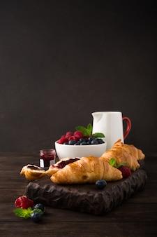 Вкусный завтрак со свежими круассанами