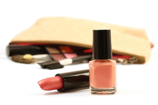 Розовая помада и лак для ногтей, изолированные на белом