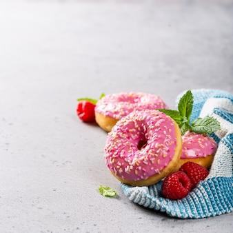 Розовые пончики на сером фоне