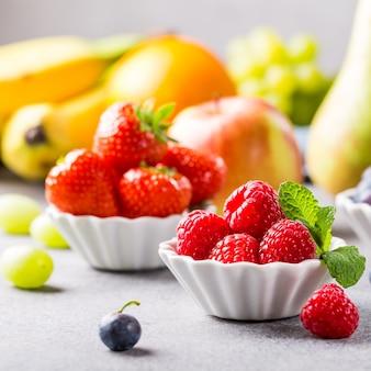 Свежие ассорти из фруктов и ягод