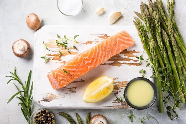 Свежая зеленая спаржа и сырое филе лосося