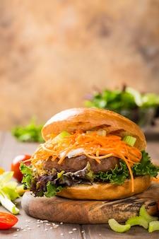 Вкусный бублик бургер