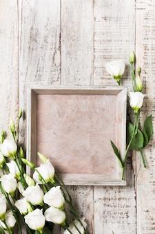 白い花の花束と木製の背景