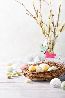 Пасхальная композиция из перепелиных яиц в гнезде