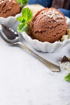 白いボールにチョコレートアイスクリーム。