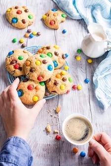 Домашнее печенье с красочными шоколадными конфетами