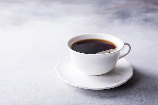 アマレッティクッキーとコーヒーの白いカップ