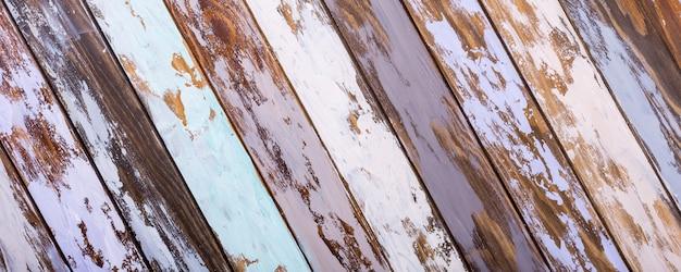 色とりどりの古い木の板の背景。斜めの縞模様。
