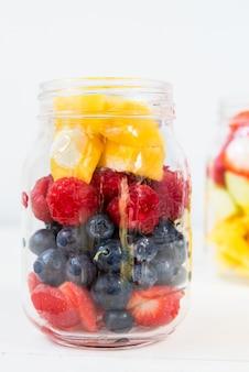 瓶の中のフルーツとベリーのサラダ