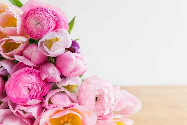 色とりどりのチューリップとピンクのラナンキュラスキンポウゲの花の束