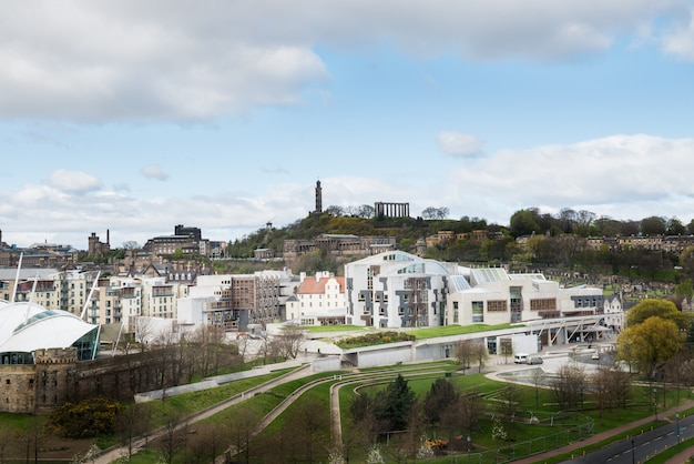 丘の上からの新旧の屋根の上と家のシティービュー