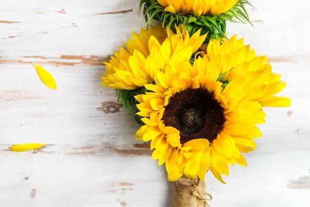 素朴な白地に黄色のヒマワリの花束