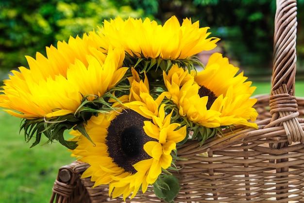 かごの中の黄色いヒマワリの花束