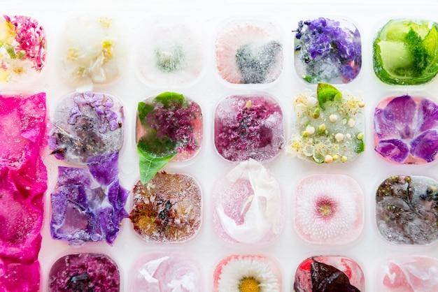 アイスキューブの冷凍花とトレイ