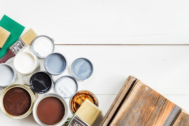 さまざまな塗料、ニス、汚れの開いた缶