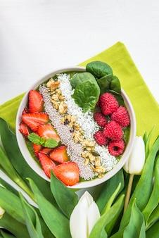 朝食デトックスグリーンスムージーバナナとほうれん草から