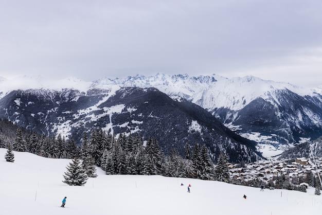 スイスアルプス、ヴェルビェ、スイスの渓谷の冬景色