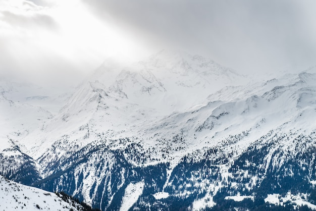 スイスアルプス、ヴェルビエ、スイスの谷の冬景色