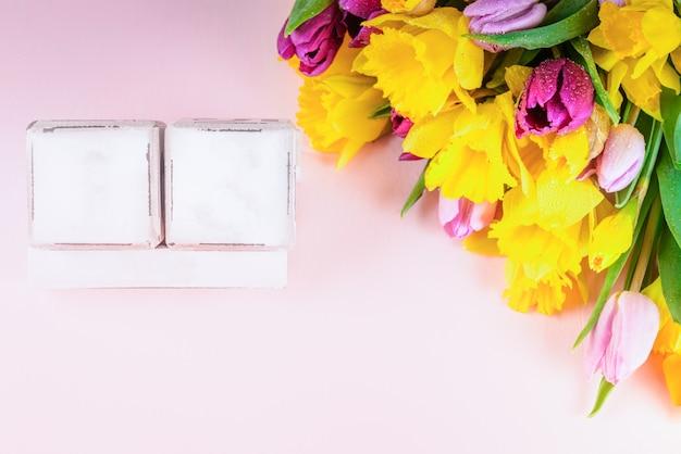 日付と春の休日のカレンダーとしての木製ブロック