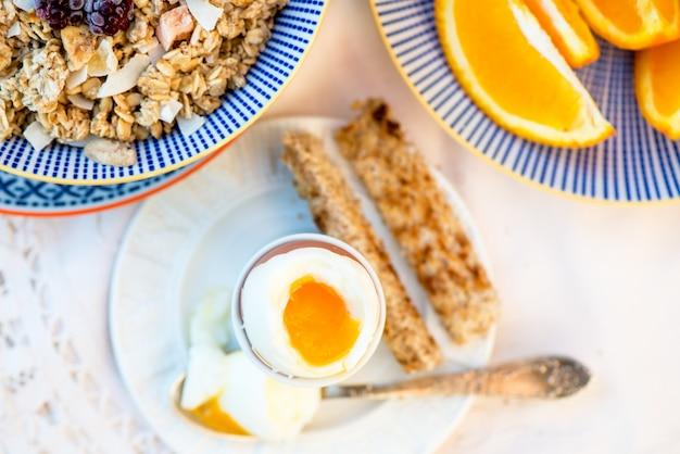 ゆで卵とグラノーラの健康的な朝食