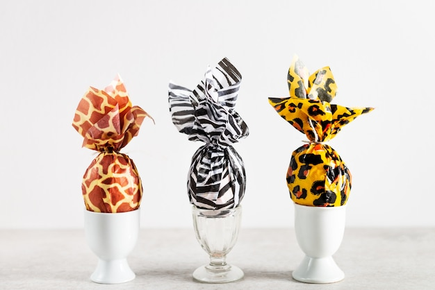 Пасхальные яйца, завернутые в бумагу для печати животных