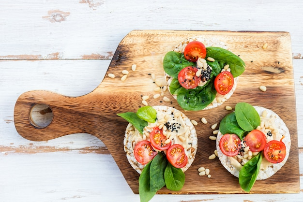 フムス、ほうれん草、トマトの餅からの健康的なスナック